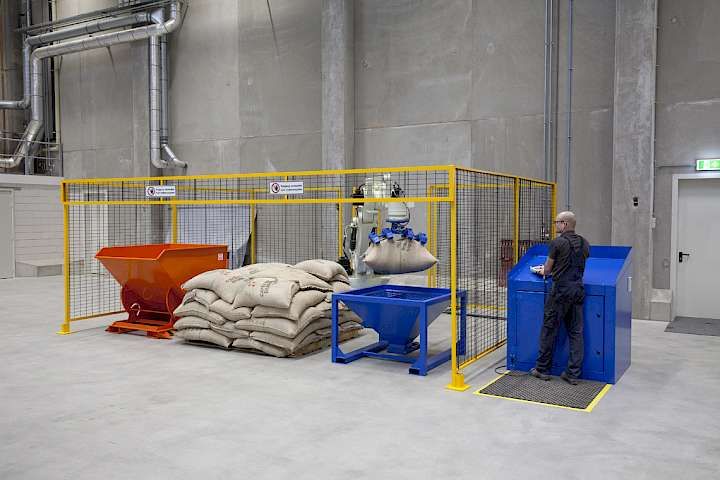 Emptying of bags with the Copal Baggripper Robot